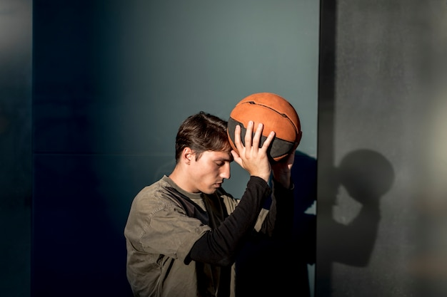横に男、バスケットボールを保持