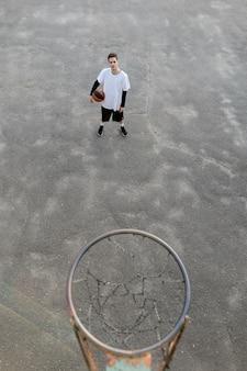 Высокий вид городского баскетболиста