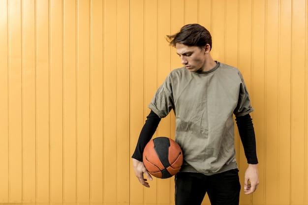 正面の都会のバスケットボール選手