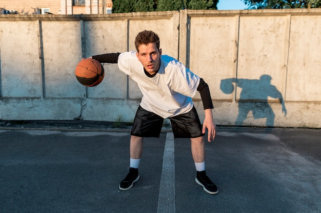 都市裁判所の正面のバスケットボール選手
