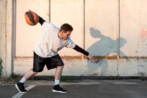 都市裁判所で横にバスケットボール選手