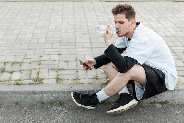 横に座っている男性の水分補給