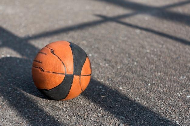 アスファルトの上の正面バスケットボール