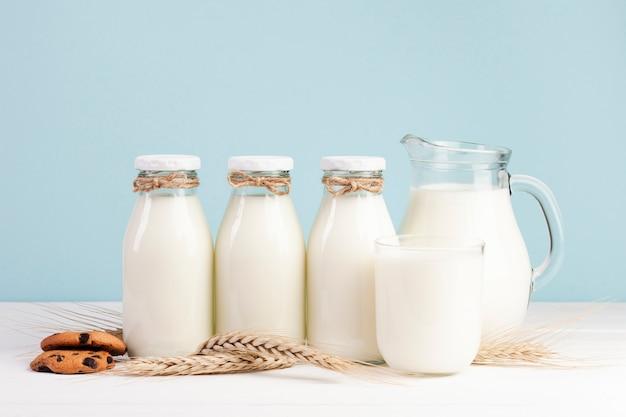 Бутылки свежего молока с американским печеньем