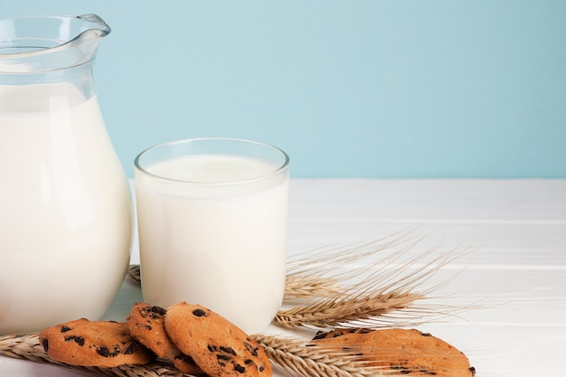 朝食用ミルクとクッキー