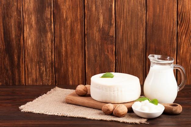 まな板の上の牛乳とチーズ