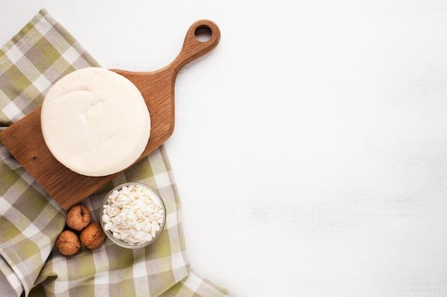 木の板とチーズコピースペース