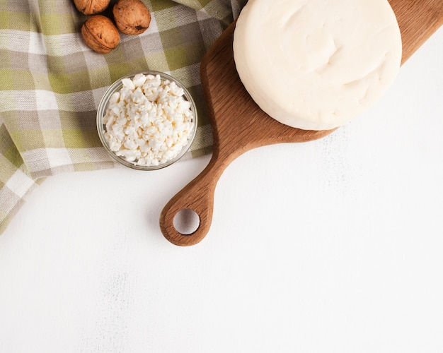 Вид сверху закуски из сыра и орехов