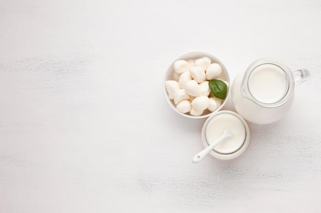 モッツァレラチーズのボウルと牛乳の瓶