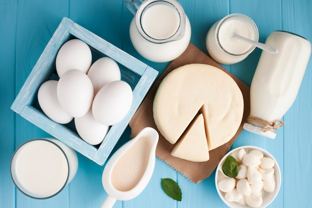 Разнообразие свежих молочных продуктов.