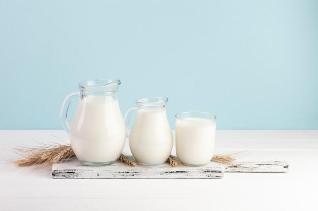 牛乳とガラス容器の異なるサイズ