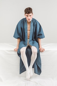 Модель вид спереди в синем халате
