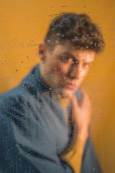 Будуар портрет модели, глядя на камеру