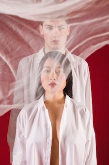ミディアムショットモデルが赤の背景でポーズ