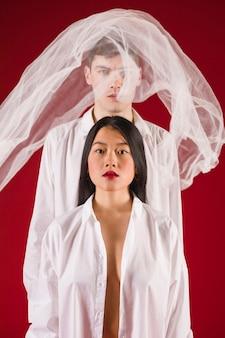 私室ショットモデルの白い服でポーズ