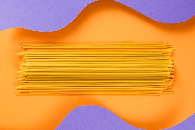 波状の背景を持つ生スパゲッティ
