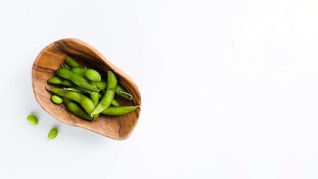 Зеленый горошек с копией пространства фон