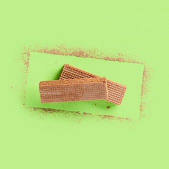 Современный дизайн с вафлями и какао-порошком