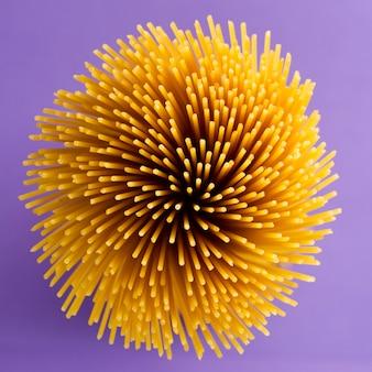 花束のクローズアップの生スパゲッティ