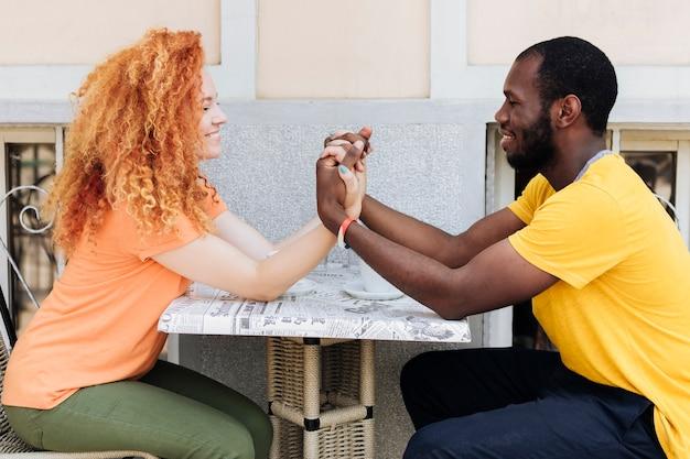手を繋いでいるカップルの側面図