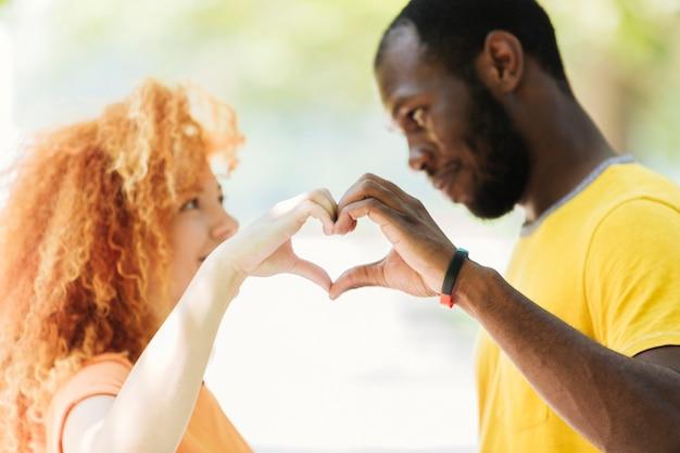 心を作るカップルのクローズアップ