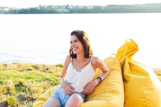 お手玉の上に座って笑顔の女性