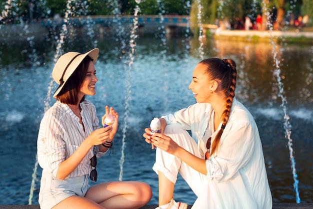 噴水の横に出かけるサイドビュー女性