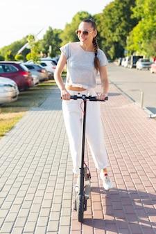 Женщина вид спереди с солнцезащитные очки на скутере