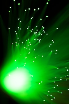光沢のある緑色の光ファイバーのクローズアップ