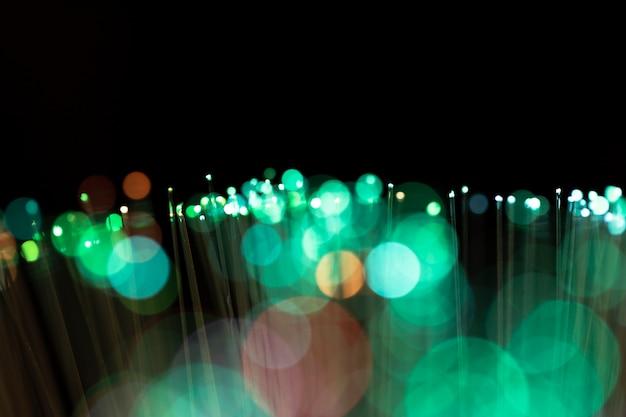 コピースペースでぼやけている緑色の斑点