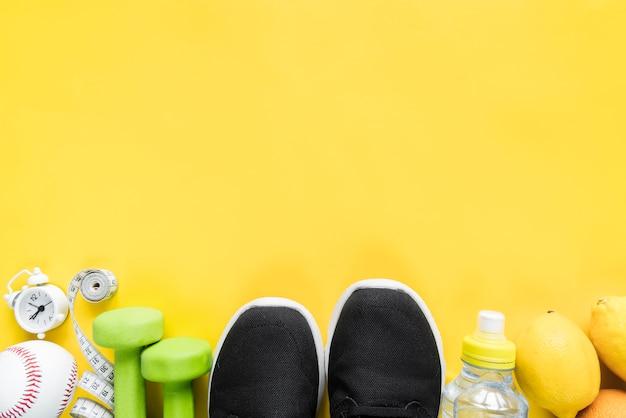 黄色の背景に様々なスポーツアイテム