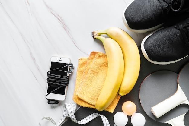 健康的なライフスタイルとスポーツ用品のセット