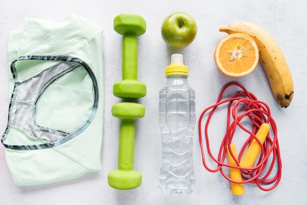 健康的なライフスタイルアイテムを使用した整理レイアウト
