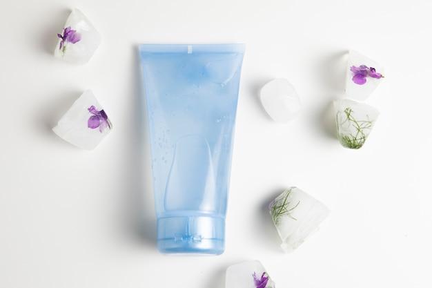 白い背景の青いボトルと石鹸のクローズアップビュー