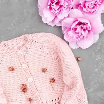 花とかぎ針編みのピンクのジャケット