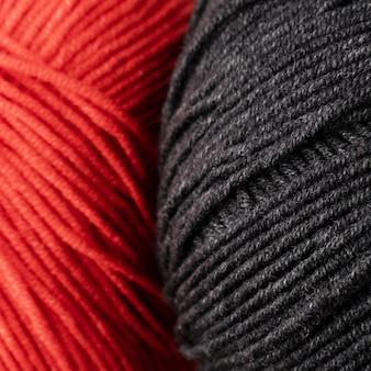 赤と黒のウール糸