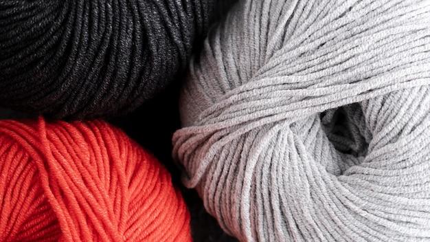 赤、黒、白のウール糸
