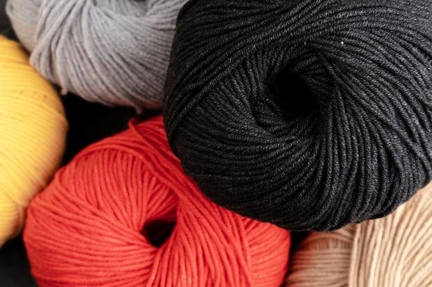黒、白、赤のウール糸