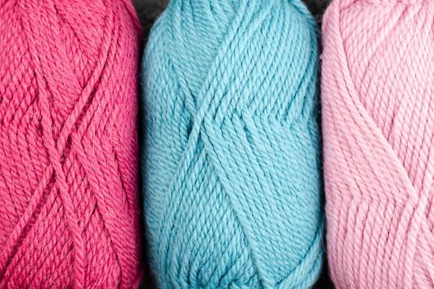 ピンクとブルーのウール糸のフラットレイ