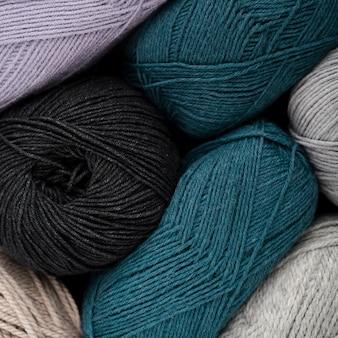 青と黒のウール糸