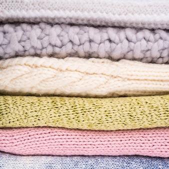 かぎ針編みのウールの服のスタック
