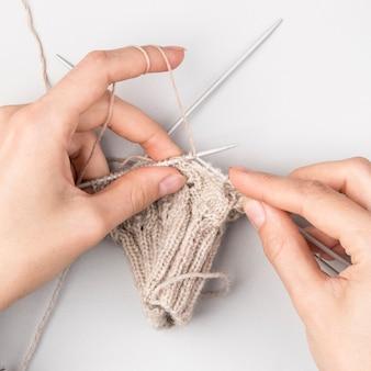 かぎ針編みの女性のクローズアップ