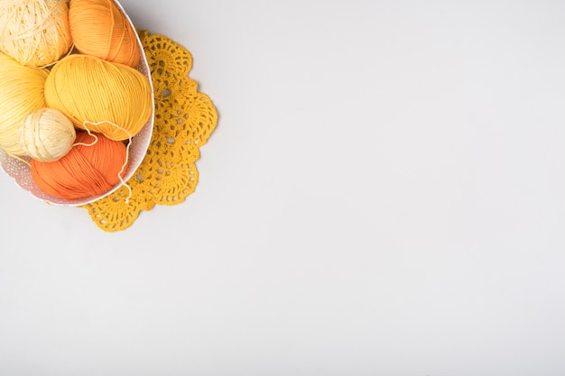 ウール糸とコピースペース付きバスケット
