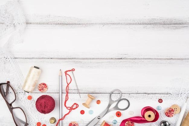 木材の背景に裁縫用品