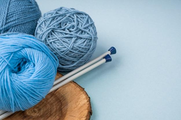 かぎ針編みの針でカラフルなウール糸