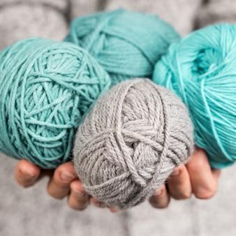 着色された羊毛のボールのクローズアップ