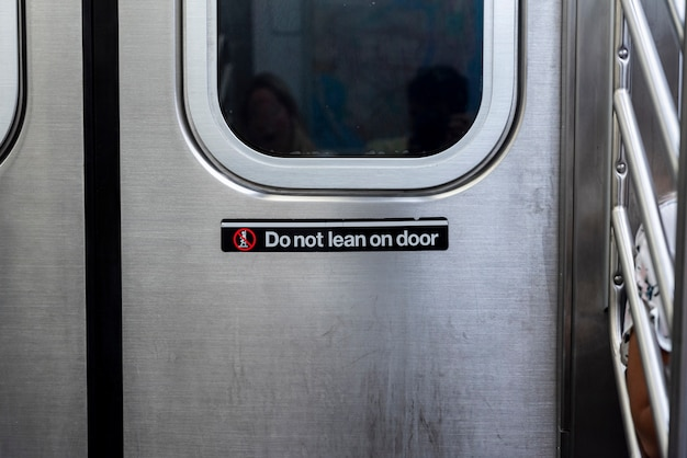 正面の地下鉄のドアのクローズアップ