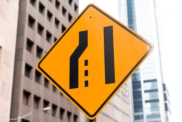 背景をぼかした写真の道路標識