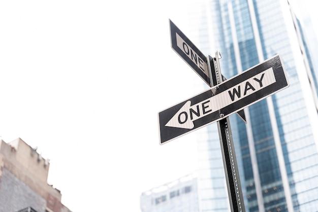 Дорожный знак с односторонним движением в городе