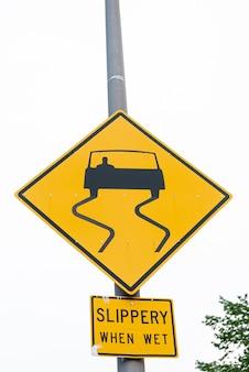滑りやすい道路標識のクローズアップ